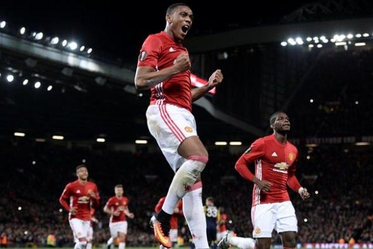 Penyerang Manchester United, Anthony Martial (tengah), merayakan golnya dari titik putih dalam pertandingan Grup A Liga Europa melawan Fenerbahce, Kamis (20/10/2016).