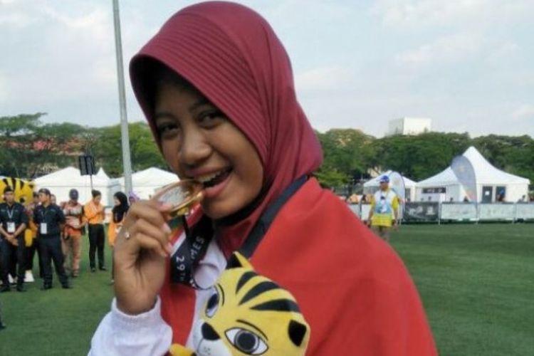 Pemanah putri Indonesia, Diananda Choirunisa, berpose dengan medali emas yang diraihnya pada SEA Games Kuala Lumpur 2017. Diananda mendapat emas dari nomor recurve perorangan putri, Minggu (20/8/2017).