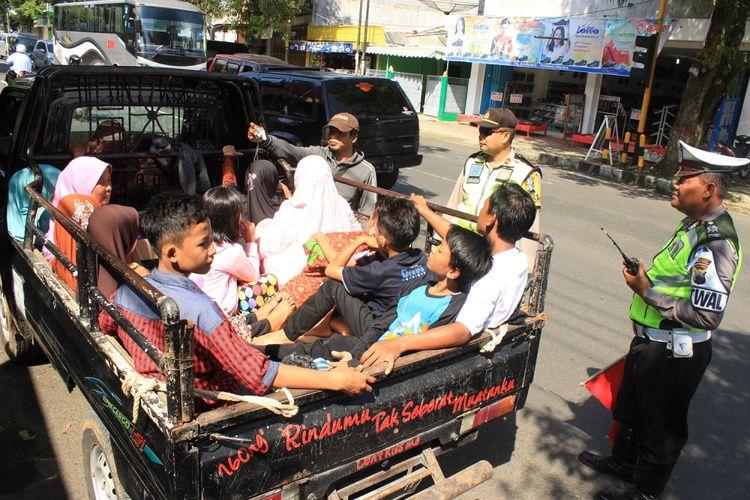 Ratusan kendaraan pick up atau mobil bak terbuka yang melintas di jalan protokol Selatan Purbalingga, Jawa Tengah diberhentikan oleh petugas pos pengamanan Simpang Sireongge, Selasa (27/6/2017).