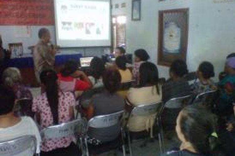 Warga lingkungan sekitar eks lokalisasi Semampir di Mojoroto, Kota Kediri, Jawa Timur sedang mengikuti sosialisasi pilkada oleh petugas KPUD setempat, Selasa (20/8/2013).