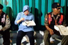 Sambil Lesehan, Risma Sahur dengan Nasi Kotak di Depan Kios Pasar Keputran