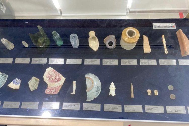 Ragam artefak atau benda bersejarah yang disimpan di ruang visitor center MRT Jakarta di Kawasan Monas, Jakarta Pusat, Kamis (27/5/2021).