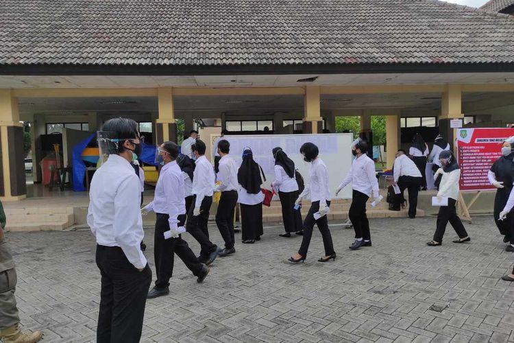 Para peserta seleksi CASN dan P3K mengikuti seleksi kompetensi dasar di Asrama Gedung Haji Kota Madiun, Selasa (14/9/2021).