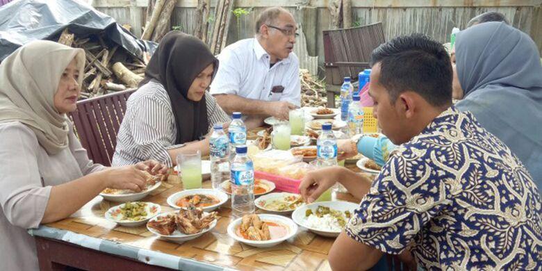 Pengunjung sedang menikmati makan siang dengan menu ikan sembilang di Rumah Makan Sembilang, Desa Parang Sikureung, Kecamatan Matangkuli, Kabupaten Aceh Utara, Aceh, Jumat (12/1/2018).