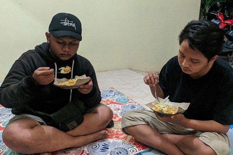 Pengunjung bersantap di Warung Nasi Goreng Bu Lasmiati, Pati, Jawa Tengah.