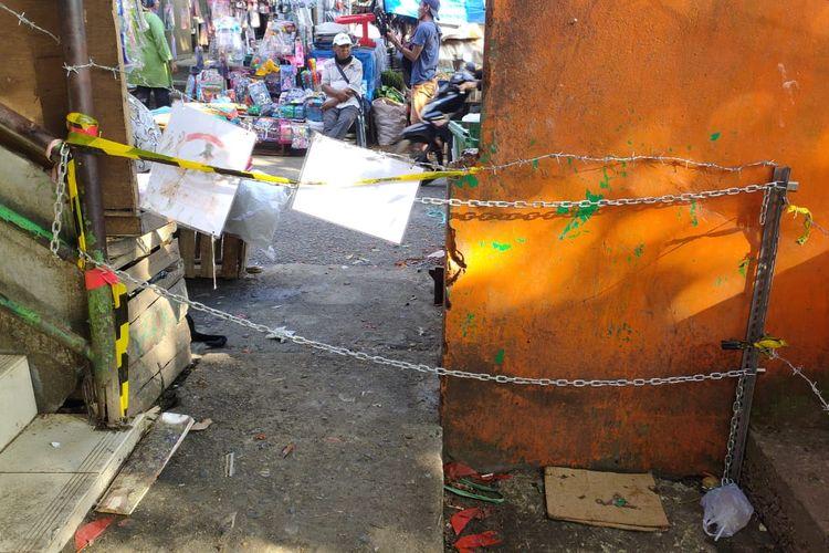 Akses masuk Pasar Kebayoran Lama, Jakarta yang ditutup menggunakan kawat berduri, garis polisi dan rantai. Kondisi pintu masuk tersebut pada Senin (6/7/2020) sudah bisa dilewati pengunjung. Manajer Area 11 Perumda Pasar Jaya, Cezania Nelsa mengatakan, akses-akses masuk tak resmi di Pasar Kebayoran Lama sering dirusak oleh oknum yang tak bertanggung jawab.