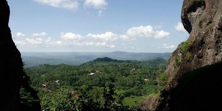 Pemandangan Kota Yogyakarta dari celah dua batu raksasa di kawasan wisata Gunung Api Purba Nglanggeran, Gunungkidul, DI Yogyakarta.