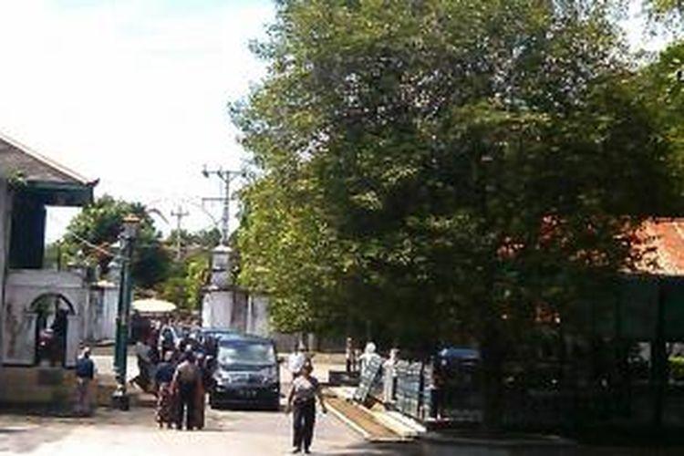 Para abdi dalem saat keluar dari Siti Hinggil keraton