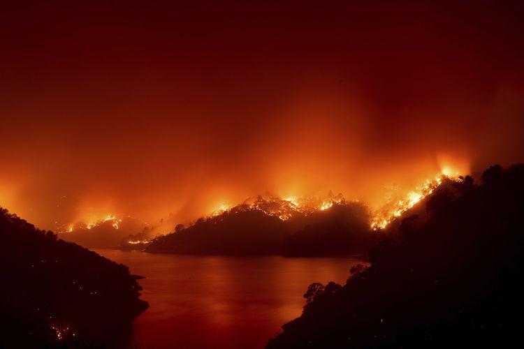 Api dari kebakaran hutan di California, Amerika Serikat. Kebakaran di sekitar Lake Berryessa ini diakibatkan sejumlah sambaran petir pada Rabu (19/8/2020).
