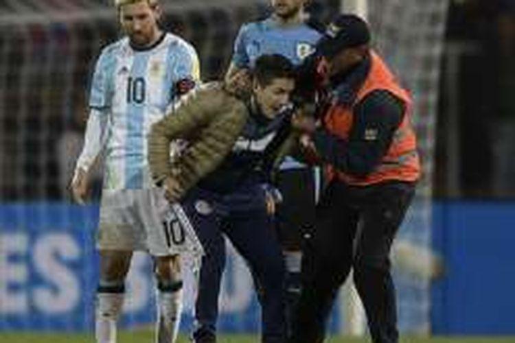 Seorang fans mencoba mendekati Lionel Messi pada pertandingan antara Uruguay dan Argentina, Kamis (1/9/2016).