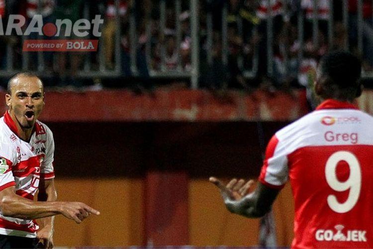 Striker Madura United, Peter Odemwingie, merayakan gol bersama rekannya, Greg Nwokolo, seusai mencetak gol ke gawang Persib Bandung dalam laga pekan 13 Liga 1 di Stadion Gelora Ratu Pamellingan, Jawa Timur, Minggu (09/07/2017) malam WIB.
