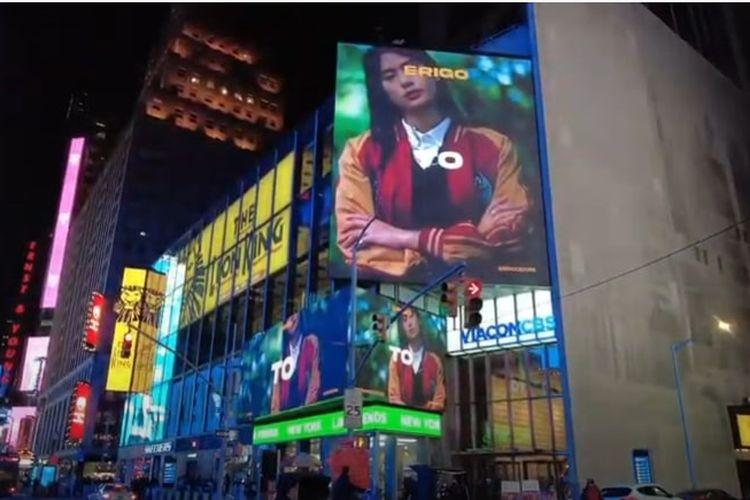 Iklan brand lokal Erigo muncul di billboard Times Square, New York.