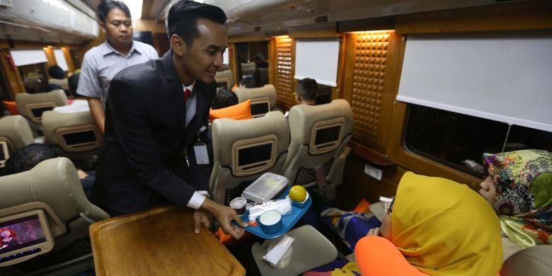 Suasana di dalam gerbong kereta api wisata priority saat perjalanan dari Jakarta menuju Jogjakarta, Jumat (4/8/2017). Kereta wisata kelas priority ini memiliki fasilitas antara lain Audio Visual On Demain (AVOD) di setiap kursi penumpang, Mini Bar, TV 52 Inch, Crew Khusus, Toilet Khusus dan Kursi yang lebih nyaman dari kelas eksekutif, harga tiket mulai dari Rp 750.000 sudah termasuk jasa restorasi 1x makan dan minum.
