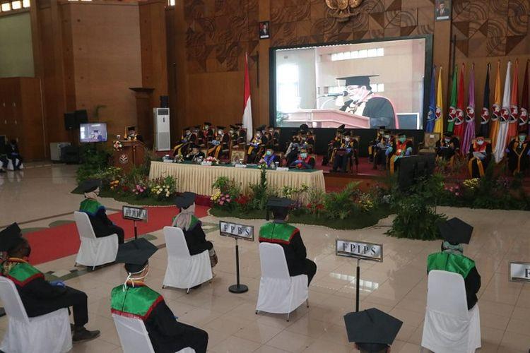 Upacara Wisuda UPI Gelombang III 2020, yang dilakukan secara dalam jaringan (daring) dan luar jaringan (luring), dari Gedung Ahmad Sanusi, Selasa (13/10/2020).