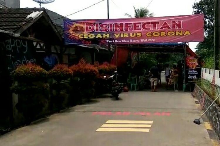 Warga Kartika Baru RW 09, Tajur, Ciledug, Tangerang yang membuat alat penyemprotan disinfektan bagi kendaraan ingin masuk ke perumahan sejak Minggu (29/3/2020) kemarin. Penyemprotan disinfektan tersebut merupakan olahan limbah sayur dan buah yang masih segar.
