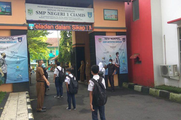Siswa SMPN 1 Ciamis berbaris dengan tertib saat memasuki kompleks sekolah, Senin (19/4/2021). Sebelumnya mereka diwajibkan menjalani tes suhu tubuh dan mencuci tangan dengan sabun.