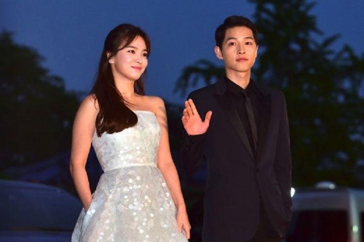 Pasangan Song Song Joong Ki (kanan) and Song Hye Kyo menghadiri BaekSang Art Awards ke-52 di Seoul pada 3 Juni 2016.