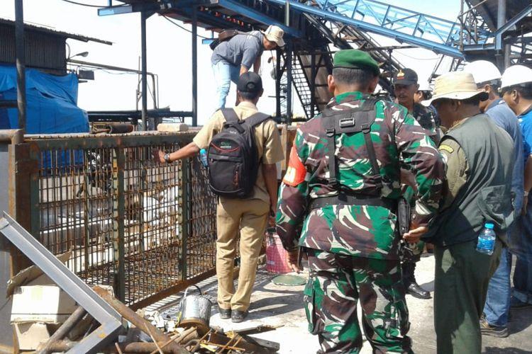 Petugas BBKSDA Riau membawa box trap untuk dipasang di lokasi kemunculan harimau sumatera di Kabupaten Inhil