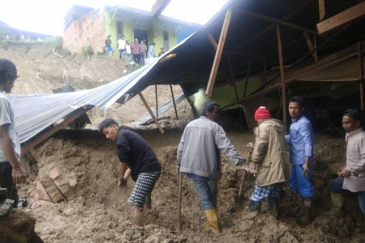 Suasana evakuasi warga yang terkena longsor di Dusun Lau Bawang, Kelurahan Padang Mas, Kecamatan Kabanjahe.