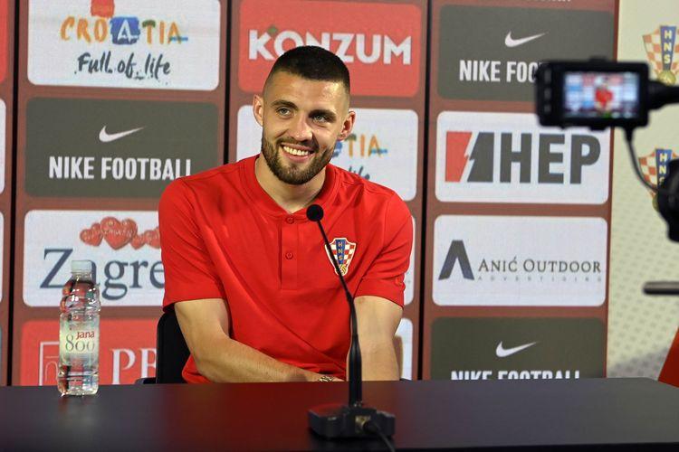 Mateo Kovacic berbincang kepada jurnalis dalam sesi konferensi pers timnas Kroasia jelang duel melawan Inggris di Euro 2020, 11 Juni 2021.