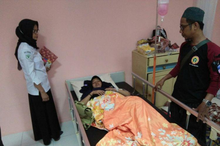 Korban gempa bumi dan tsunami yang selamat mendapatkan perawatan di RS Sayang Rakyat, Kota Makassar.