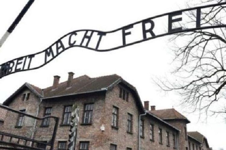Insiden terjadi di bawah gerbang museum Auschwitz.