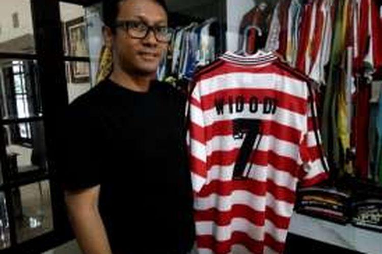 Dimas Wihardyanto saat menunjukan salah satu koleksinya Jersey Jersey yang pernah dikenakan oleh Striker Timnas Indonesia, Widodo Cahyono Putro di Pra Olimpiade tahun 2000