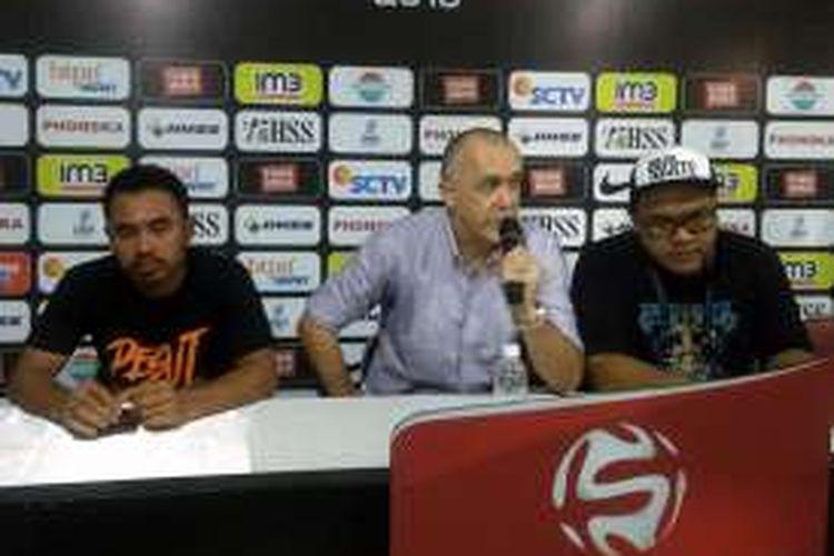 Ponaryo Astaman (kiri) dan Dragan Djukanovic (tengah), dalam sesi jumpa pers selepas pertandingan, Minggu (16/10/2016).