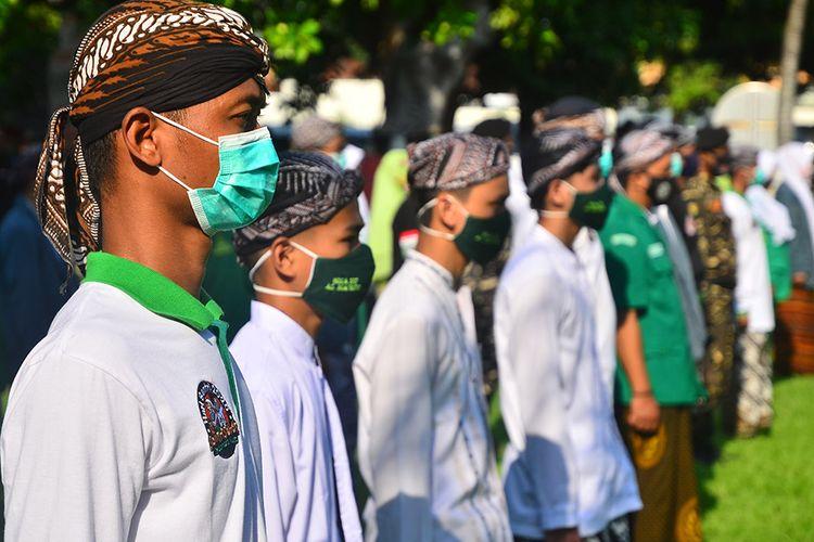 Sejumlah santri mengikuti apel dan doa memperingati hari santri nasional di Kudus, Jawa Tengah, Kamis (22/10/2020). Peringatan Hari Santri Nasional ke-5 tahun 2020 saat pandemi tersebut menggambil tema Santri Sehat Indonesia Kuat dengan harapan Indonesia segera bebas dari wabah Covid-19.