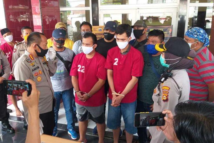 Oka Candra Dinata (28) dan Rizki Ananda (22) yang merupakan kakak beradik pelaku pembunuhan terhadaP Rio Pambudi Wicaksono (25) saat diamankan di Polsek Ilir Barat 1 Palembang, Sumatera Selatan, (22/7/2020).