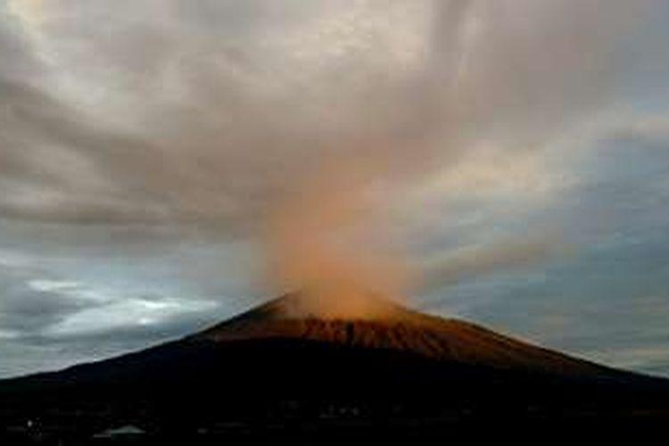 Gunung Kerinci  diambil dari Desa Kersik Tuo, Kecamatan Kayu Aro, Kabupaten Kerinci, Jambi, Senin (30/5/2016).