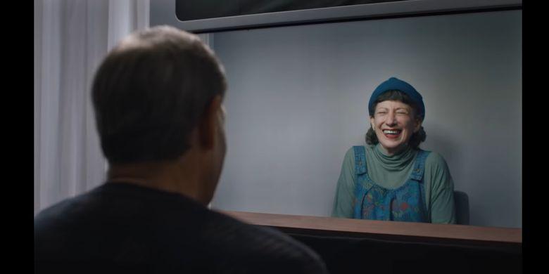 Dua orang sedang melakukan panggilan video dengan teknologi Starline.