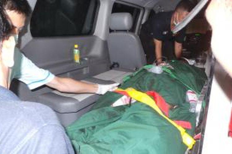 Satu lagi korban luka dalam peristiwa ledakan di Jalan Jati Bundar RT 16 RW 9, Kecamatan Tanah Abang, Jakarta Pusat dibawa ke RS Polri, Kramat Jati, Jakarta Timur, Rabu (8/4/2015) malam. Korban disebut bernama Suro.