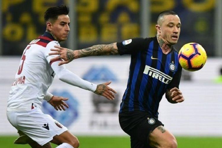 Radja Nainggolan mencoba melepaskan diri dari kawalan Erick Pulgar pada pertandingan Inter Milan vs Bologna di Stadion Giuseppe Meazza dalam lanjutan Liga Italia, 3 Februari 2019.