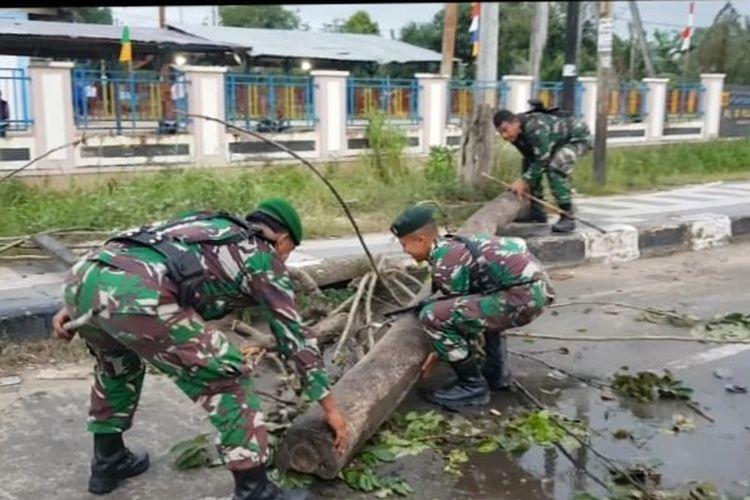 Aparat TNI dari Kodim 1802 dibackup prajurit Yonif Raider 752 Sorong mulai membersihkan puing-puing dan rating pohon yang sebelumnya digunakan massa untuk memblokade jalan.
