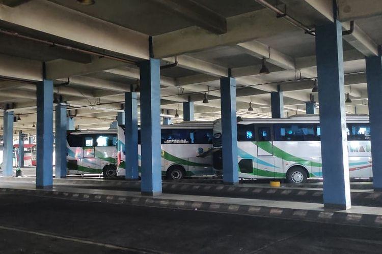 beberapa bus terparkir di terminal Tirtonadi Solo