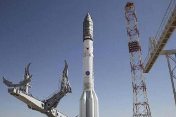 Roket Proton-M dipasang di Kazakhstan sebelum diluncurkan Sabtu (16/5/2015).