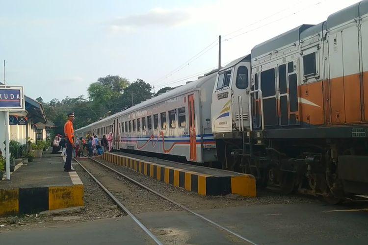 Rangkaian KA Pangrango berhenti dengan lokomotif di pintu lintasan sedangkan rangkaian kereta teoat di atas peron di Stasiun Parungkuda, Sukabumi, Jawa Barat, Jumat (8/11/2019).