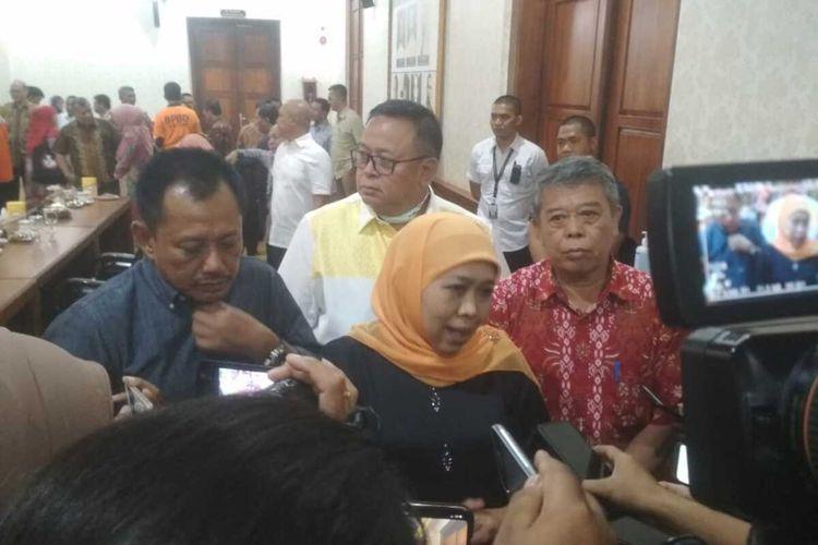 Gubernur Jawa Timur Khofifah Indar Parawansa (tengah)