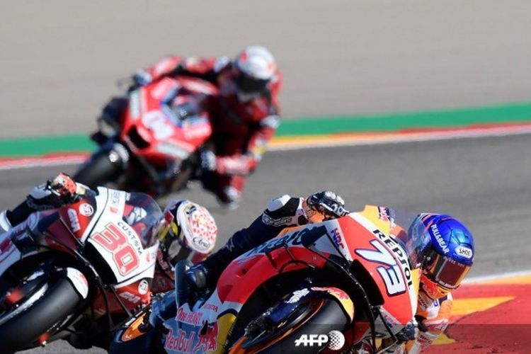 Pebalap Repsol Honda, Alex Marquez, menyalip Takaaki Nakagami (LCR Honda Idemitsu) pada balapan MotoGP Aragon, 18 Oktober 2020.