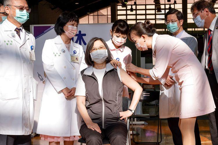 Dalam foto yang dirilis oleh Kantor Kepresidenan Taiwan ini, Presiden Taiwan Tsai Ing-wen (tengah), menerima suntikan pertama dari vaksin virus corona yang pertama dikembangkan di dalam negeri pulau itu yang dibuat oleh Medigen Vaccine Biologics Corp. di Rumah Sakit Universitas Taiwan di Taipei, Taiwan pada Senin (23/8/2021).