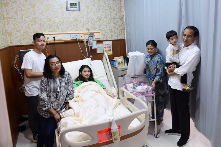 Presiden Joko Widodo menjenguk cucu ketiganya yang baru lahir, La Lembah Manah, di RS PKU Muhammadiyah Surakarta, Jumat (15/11/2019) kemarin.