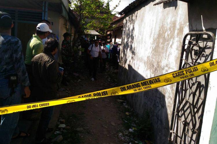 Gang rumah terduga teroris AT di Surabaya