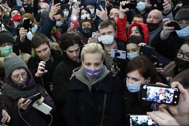 Yulia Navalny, istri pemimpin oposisi Rusia Alexei Navalny, sempat ditahan saat memprotes pemenjaraan suaminya di Moskow, Rusia. Sabtu (23/1/2021).