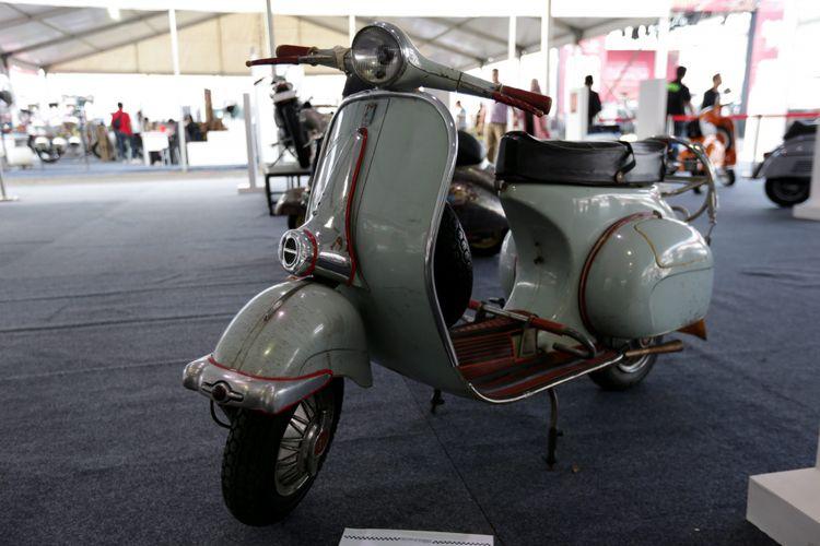 Motor Vespa klasik dipamerkan saat ajang Indonesia International Motor Show (IIMS) 2017 di JI Expo, Kemayoran, Jakarta, Sabtu (29/4/2017). Ajang pameran otomotif terbesar di Indonesia ini akan berlangsung hingga 7 Mei mendatang. KOMPAS IMAGES/KRISTIANTO PURNOMO