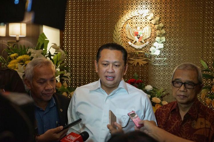Ketua DPR Bambang Soesatyo seusai bertemu Ketua PP Muhammadiyah Busyro Muqoddas terkait pembahasan RUU Antiterorisme, di gedung Nusantara III, Kompleks Parlemen, Senayan, Jakarta, Senin (21/5/2018).