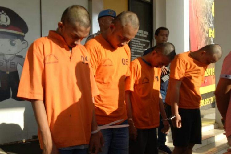 Pelaku H (pertama dari kanan), harus mendekam di Polres Tangsel setelah melakukan pemerkosaan terhadap D di Apartemen Paragon, Kab. Tangerang