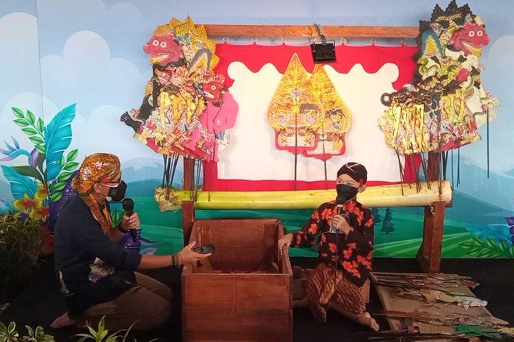 Dalang cilik Alby saat mendalang di depan tamu undangan di Rejowinangun, Kotagede, Kota Yogyakarta, Jumat (8/10/2021)