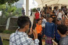 Saat Jemaah Kerubungi Fajar Usai Shalat Jumat Jelang Indonesia Open