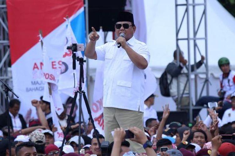 Ketua Umum Partai Gerindra Prabowo Subianto saat berorasi di kampanye akbar calon gubernur dan wakil gubernur DKI Jakarta Anies Baswedan-Sandiaga Uno, di Lapangan Banteng, Jakarta, Minggu (5/2/2017). Acara ini merupakan bentuk dukungan dari para simpatisan untuk pasangan calon gubernur dan wakil gubernur DKI Jakarta nomor urut 3 tersebut.